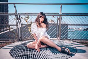 Fotos Asiaten Waterfront Sitzt Bein Bluse Posiert junge frau