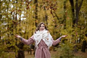 Bilder Herbst Blatt Mantel Glücklich Posiert Hand Alina, Kirill Sokolov junge frau
