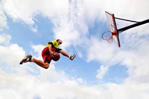 Bilder Basketball Mann Ball Sprung Bein Untersicht Ansicht von unten sportliches