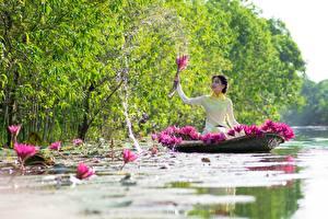 Hintergrundbilder Boot Seerosen Asiaten Wasser spritzt Sitzend Brünette Arbeitet junge frau