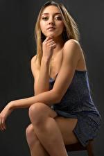 Fotos Posiert Sitzt Kleid Hand Starren Bein Charlene junge frau