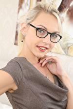 Hintergrundbilder Chloe Toy Blond Mädchen Blick Brille Lächeln Hand junge frau