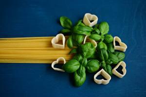 Fotos Farbigen hintergrund Makkaroni Blattwerk Basilikum Herz Lebensmittel