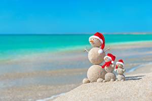 Hintergrundbilder Kreative Neujahr Sommer Meer Schneemänner Sand Strände Mütze Kugeln