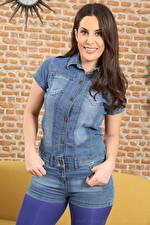 Bilder Emily Jane Williams Braune Haare Starren Lächeln Hand Shorts Jeans junge frau