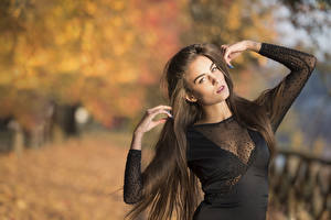 Hintergrundbilder Unscharfer Hintergrund Posiert Kleid Hand Haar Starren Braunhaarige Federica