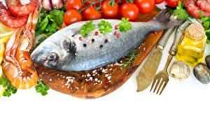 Tapety na pulpit Ryby Krewetki Warzywa Pieprz czarny Nóż Na białym tle Deska do krojenia Widelce żywność