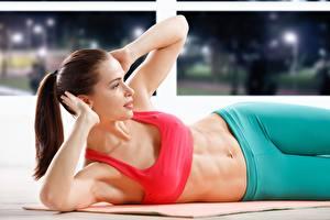 Hintergrundbilder Fitness Braune Haare Liegen Bauch Hand junge frau