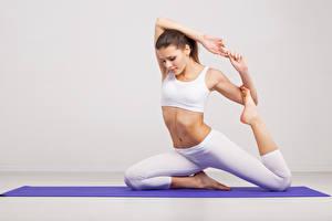 Hintergrundbilder Fitness Braunhaarige Yoga Dehnübung Bein Hand Pose Mädchens Sport