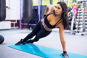Fotos Fitness Brünette Uniform Körperliche Aktivität Hand Starren Bein junge frau