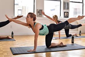 Bilder Fitness Hand Bein Braunhaarige Trainieren junge frau