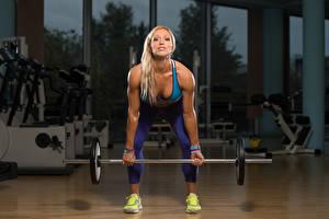 Bilder Fitness Trainieren Blond Mädchen Hantelstange Hand Bein Kauert Mädchens
