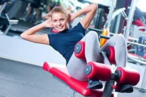 Bilder Fitness Trainieren Hand Lächeln Sport Mädchens