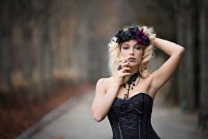 Fotos Gotische Unscharfer Hintergrund Posiert Hand Kranz Blondine Starren Deborah
