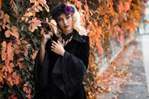 Fotos Gotische Ast Blatt Hand Blondine Starren Kleid Deborah junge frau