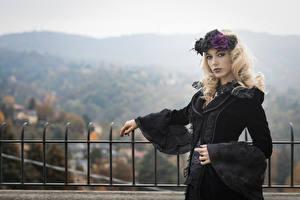 Fotos Gotische Kleid Kranz Blondine Starren Deborah junge frau
