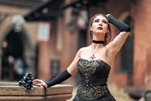 Hintergrundbilder Gotische Unscharfer Hintergrund Posiert Kleid Hand Kreuz Mary junge frau
