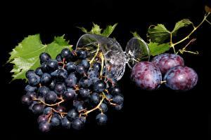 Hintergrundbilder Weintraube Pflaume Schwarzer Hintergrund Weinglas Lebensmittel