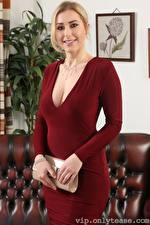 Bilder Jenny James Handtasche Blond Mädchen Blick Lächeln Kleid Hand junge frau