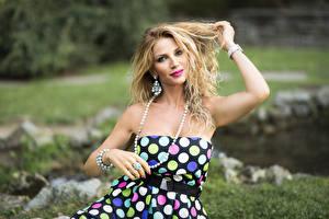 Fotos Schmuck Kleid Hand Blond Mädchen Starren Milena Mädchens
