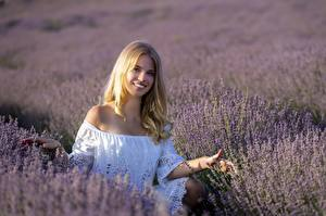 Bakgrunnsbilder Lavendler Åker Blonde Smil Unge_kvinner