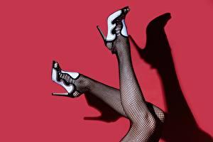 Fotos Bein Stöckelschuh Strumpfhose Schatten Roter Hintergrund Mädchens