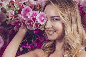 Bilder Orchidee Blondine Lächeln Starren Haar junge frau