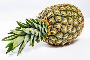 Tapety na pulpit Ananasy Zbliżenie Na białym tle żywność