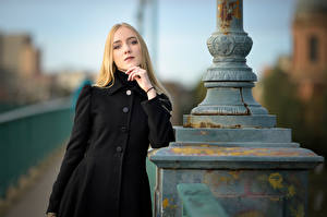 Desktop hintergrundbilder Unscharfer Hintergrund Mantel Blondine Starren Rachel junge frau