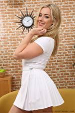 Hintergrundbilder Rosa Only Blondine Starren Lächeln Kleid Hand junge frau
