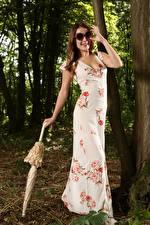 Bilder Scarlot Rose Braunhaarige Brille Lächeln Kleid Regenschirm