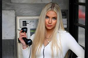 Bilder Blondine Schöne Telefon Starren Model Sofia junge frau