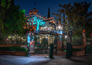 Desktop hintergrundbilder USA Disneyland Parks Gebäude Kalifornien Anaheim Zaun Design Nacht Straßenlaterne Bäume Das Tor Natur