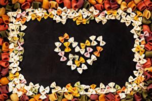Bilder Valentinstag Schwarzer Hintergrund Makkaroni Design Herz das Essen