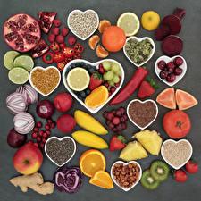 Fotos Gemüse Obst Schalenobst Apfelsine Äpfel Himbeeren Mandarine Tomaten Zwiebel Chili Pfeffer Pflaume Grauer Hintergrund Herz