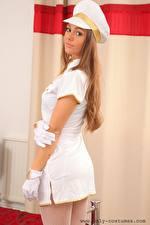Bakgrunnsbilder Zofeya Only Uniform Hatt Brunt hår kvinne Ser Hender Hansker ung kvinne