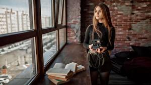 Fotos Fenster Bücher Fotoapparat Braune Haare Starren Aleksey Yuriev junge frau