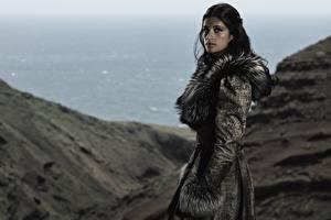 Hintergrundbilder Pelzmantel Brünette Anya Chalotra, Yennefer, The Witcher Netflix Film Prominente Mädchens