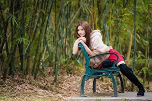 Hintergrundbilder Asiaten Bank (Möbel) Sitzt Posiert Stiefel Hand Starren junge frau