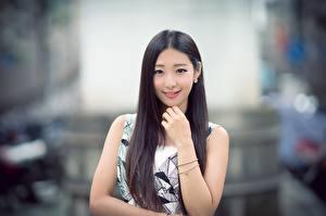 Tapety na pulpit Azjatycka Rozmazane tło Ręce Uśmiech Brunetka Wlosy Wzrok Słodka dziewczyna