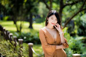 Fondos de escritorio Asiática Fondo borroso Posando Vestido Escote Mano mujer joven