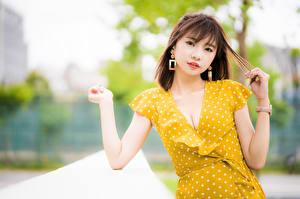 Desktop hintergrundbilder Asiaten Bokeh Pose Hand Kleid Dekolletee Braune Haare Blick junge Frauen