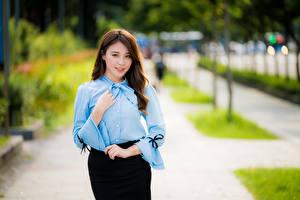 Hintergrundbilder Asiatisches Bokeh Rock Bluse Hand Braunhaarige Mädchens