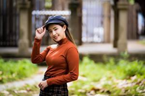 Fotos Asiaten Bokeh Sweatshirt Hand Lächeln Braunhaarige Starren Mädchens