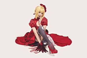 Bilder Asiaten Grauer Hintergrund Sitzt High Heels Nylonstrumpf Kleid Blondine Starren Bein junge frau