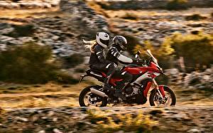 Hintergrundbilder BMW - Motorrad Motorradfahrer Seitlich Zwei Helm 2020 S 1000 XR Motorräder
