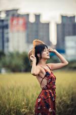 Hintergrundbilder Unscharfer Hintergrund Posiert Hand Kleid Der Hut Brünette junge frau