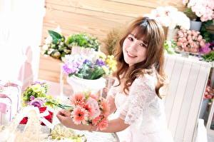 Hintergrundbilder Sträuße Asiatische Lächeln Nett Braune Haare Blick junge Frauen Blumen