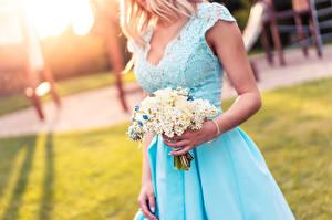 Фотография Букеты Боке Блондинки Руки Платье Девушки