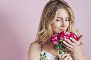 Photo Bouquet Rose Colored background Blonde girl Sniffing Flowers
